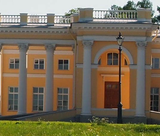 Alexander Palace in Tsarskoe Selo - right entrance